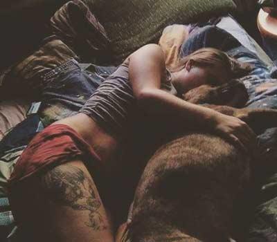 Es bueno para tu perro dormir en tu cama