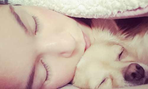 Dormir con tu perro es calientito
